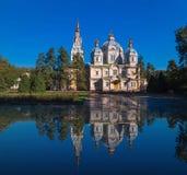 Kathedraal in het water wordt weerspiegeld dat Stock Afbeelding