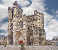 Kathedraal Katholieke Kathedraal van Heiligen Peter en Paul in de stad van Troyes (Frankrijk) in de de zomerdag stock afbeeldingen