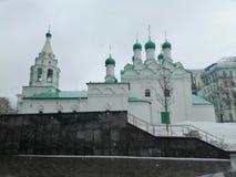 Kathedraal met klokketoren en koepels stock afbeelding