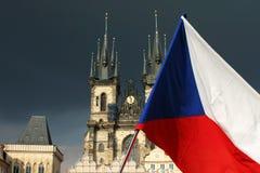 Kathedraal met vlag in Praag Stock Afbeeldingen
