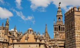 Kathedraal, muur Giralda en Alcazar. stock foto