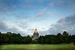 Kathedraal onder bomen met mooie hemel en groen gras royalty-vrije stock afbeeldingen