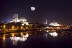 Kathedraal 's nachts in Auxerre Stock Afbeeldingen