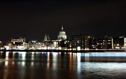 Kathedraal Saint Paul bij nacht Stock Afbeeldingen