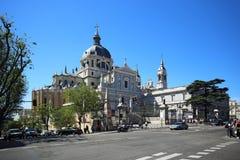 Kathedraal Santa Maria la Real de la Almudena, Madrid, Spanje De kathedraal is dichtbij Royal Palace a royalty-vrije stock fotografie