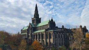Kathedraal in Schotland en betrokken hemel stock foto's