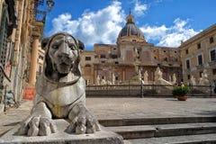 Kathedraal in Sicilië met leeuwcijfer stock foto