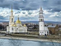 Kathedraal spaso-Preobrazhensky in de stad en de leunende toren van Nevyansk stock afbeeldingen