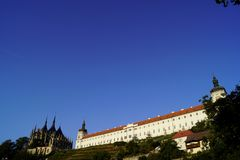 Kathedraal st Barbara, wijngaard, Jezuïetuniversiteit en blauwe hemel stock afbeelding