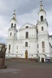 Kathedraal svyato-Uspensky en het monument aan Patriarch Alexy II Stock Foto's