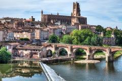 Kathedraal van Albi Frankrijk met de rivier in de voorgrond stock fotografie