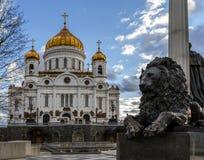 Kathedraal van Christus de Verlosser en een fragment van het monument aan Alexander II Moskou, Rusland Royalty-vrije Stock Fotografie
