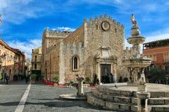 Kathedraal van fontein Taormina en Tauro Stock Foto