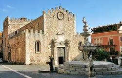Kathedraal van fontein Taormina en Tauro Stock Afbeeldingen