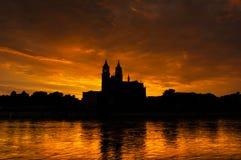 Kathedraal van Maagdenburg en de rivier Elbe bij zonsondergang Royalty-vrije Stock Foto's