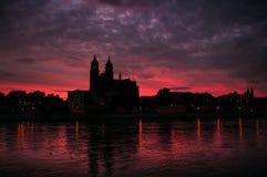 Kathedraal van Maagdenburg en de rivier Elbe bij zonsondergang Royalty-vrije Stock Afbeeldingen