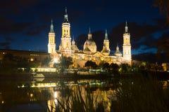 Kathedraal van Onze Dame van de Pijler in nacht Zaragoza Royalty-vrije Stock Foto's