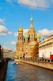 Kathedraal van Onze Verlosser op Gemorst Bloed en Griboedov-kanaal in St. Petersburg, Rusland - de herfst zonnige mening Royalty-vrije Stock Foto's