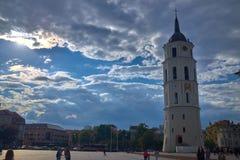 Kathedraal van St Stanislaus en de klokketoren in het vierkant voor het vilnius stock foto
