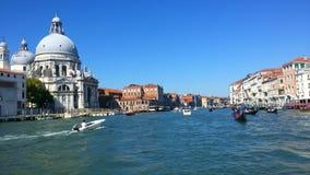 Kathedraal in Venetië Overzees vervoer die zich langs het kanaal bewegen stock foto