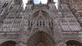 Kathedraal voorbuitenkant in Rouen, Normandië Frankrijk, pan stock videobeelden