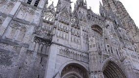 Kathedraal voorperspectief in Rouen, Normandië Frankrijk, pan stock video