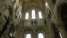 Kathedraalbinnenland en vensters in Lisieux, Normandië Frankrijk, PAN stock videobeelden