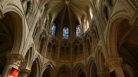 Kathedraalbinnenland in Lisieux, Normandië Frankrijk, pan stock videobeelden
