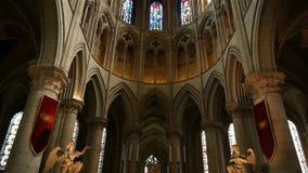 Kathedraalbinnenland in Lisieux, Normandië Frankrijk, SCHUINE STAND stock video