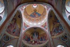 Kathedraalbinnenland met plafond met godsdienstige schilderijen Stock Afbeelding