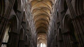 Kathedraalbinnenland in Rouen, Normandië Frankrijk, SCHUINE STAND stock video