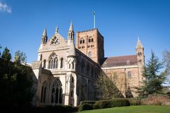 Kathedraalbuitenkant, buiten een kerk in daglicht stock fotografie