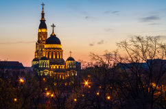 Kathedraalkerk in Kharkiv, de Oekraïne bij zonsondergang met lichten royalty-vrije stock fotografie