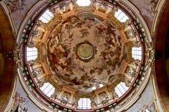 Kathedraalkoepel met godsdienstige fresko stock foto