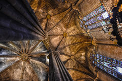 Kathedraalplafond met kolommen en gebrandschilderd glasvensters Stock Foto