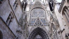 Kathedraalsteeg buiten in Rouen, Normandië Frankrijk, pan stock video