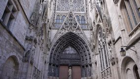 Kathedraalsteeg buiten in Rouen, Normandië Frankrijk, SCHUINE STAND stock videobeelden