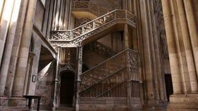 Kathedraaltrap in Rouen, Normandië Frankrijk, schuine stand stock footage