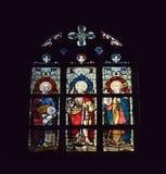 Kathedraalvenster in Collegiale kerk Heilige Waudru stock afbeeldingen