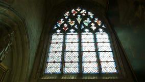 Kathedraalvenster en standbeeld in Lisieux, Normandië Frankrijk, PAN stock video