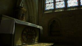 Kathedraalvenster en standbeeld in Lisieux, Normandië Frankrijk, SCHUINE STAND stock videobeelden