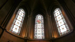 Kathedraalvensters in Lisieux, Normandië Frankrijk, pan stock video