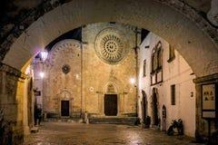 Kathedraalvierkant bij nacht in Ostuni Stock Afbeelding