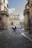 """Kathedraalvierkant in Lecce met paar het cirkelen - Salento †""""Italië Stock Afbeelding"""