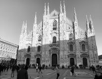 Kathedraalvierkant van Milaan, door de Kathedraal die van Milaan wordt overheerst stock foto's