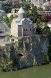 Kathedrale auf dem Rand von Flussquerneigung lizenzfreie stockbilder