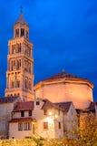 Kathedrale in der Spalte an der Dämmerung, Kroatien Stockfotos