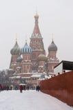 Kathedrale des Basilikums auf rotem Quadrat Stockbild