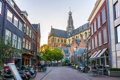 Kathedrale des Heiligen Bavo und Straßen von Haarlem, die Niederlande stockbilder