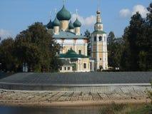 Kathedrale durch den Fluss Lizenzfreies Stockfoto